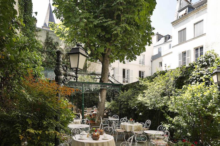 Art Contemporain dans le Jardin de l'Hôtel des Marronniers